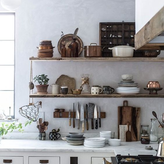 Open shelving to store kitchen utensils